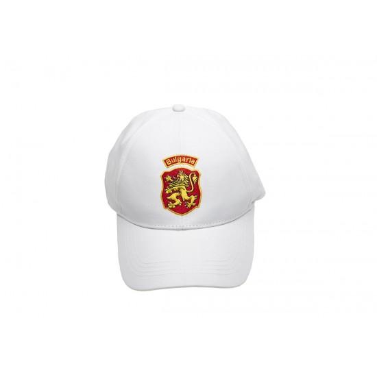 Бяла шапка с надпис България и лъв