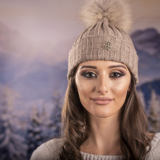 Бежова дамска плетена шапка