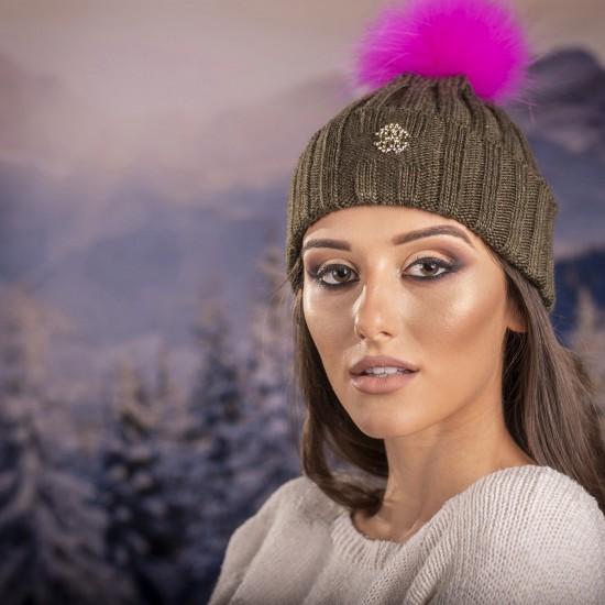 Дамска mасленозелена шапка с розов помпон