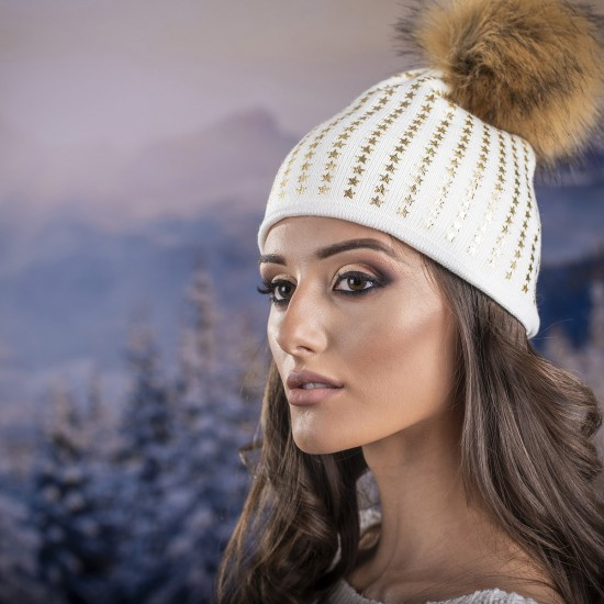 Бяла дамска зимна шапка естествен пух звездички