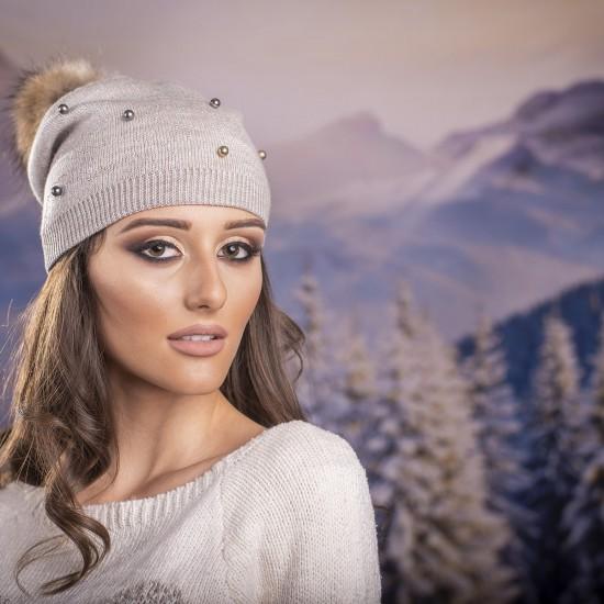 Дамска бежова шапка с перли