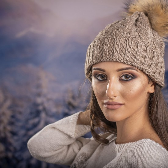 Дамска зимна шапка плетена в светлокафяво