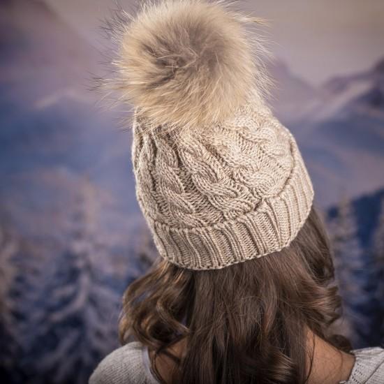 Дамска зимна шапка плетена в бежово