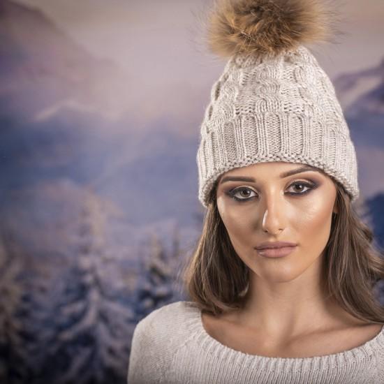 Дамска зимна шапка плетена в светлобежово