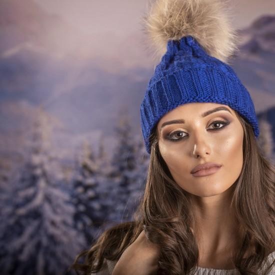 Дамска зимна шапка плетена в синьо