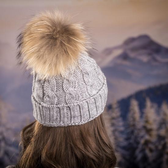Дамска зимна шапка плетена в светлосиво