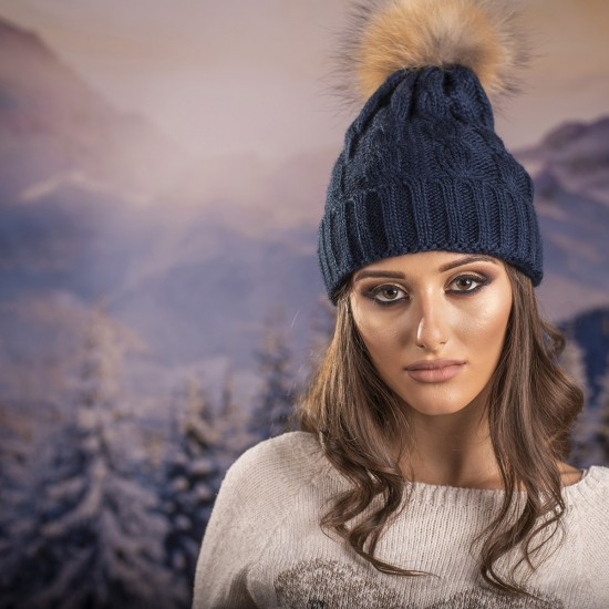 Дамска зимна шапка плетена в тъмносиньо