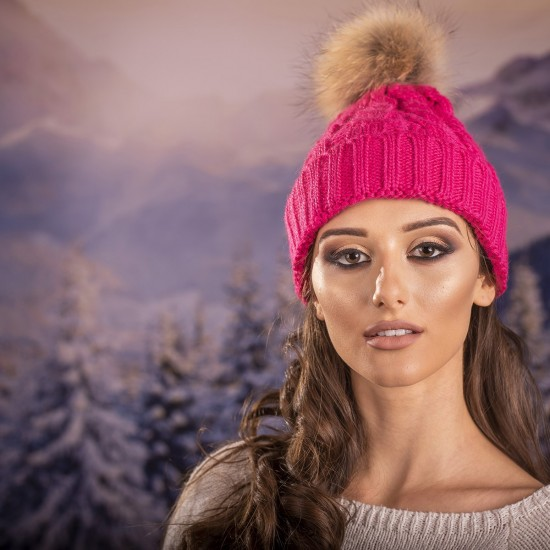 Дамска зимна шапка плетена в циклама