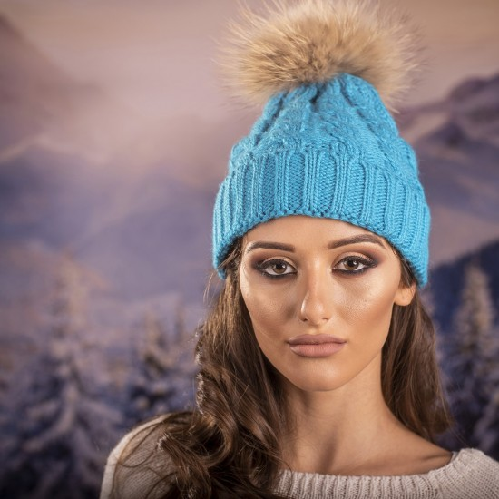 Дамска зимна шапка плетена в небесносиньо