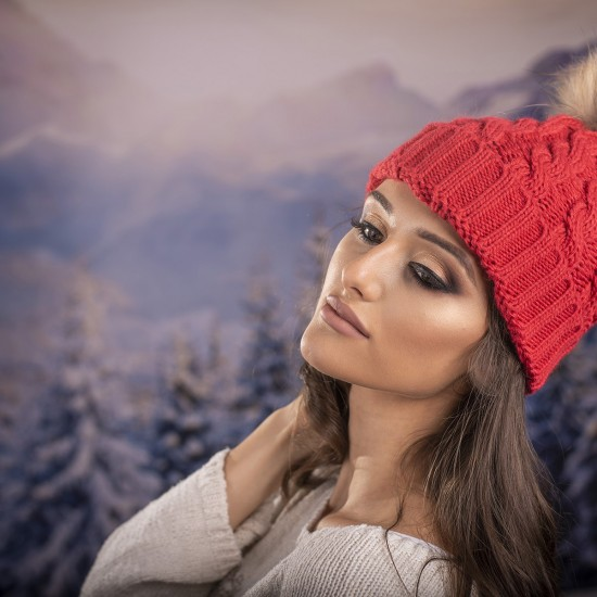 Дамска зимна шапка плетена в светлочервено