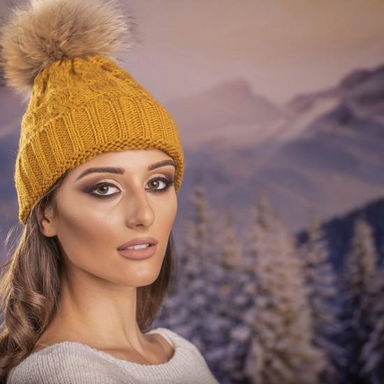 Дамска зимна шапка плетена в горчица