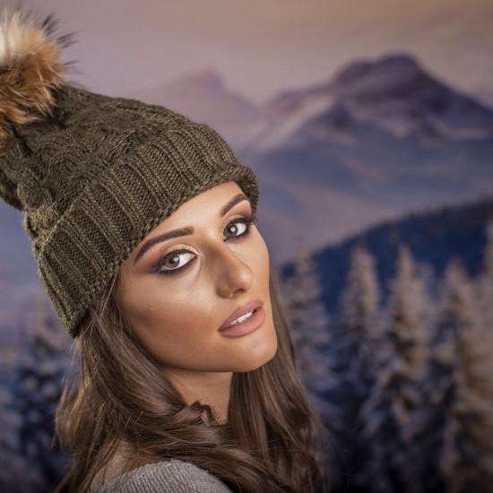 Дамска зимна шапка плетена в масленозелено