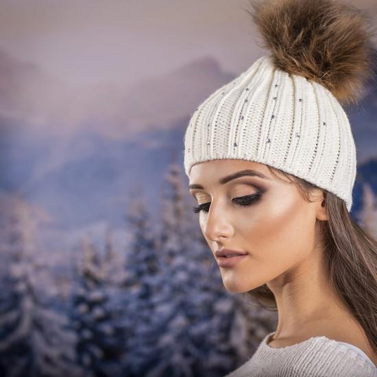 Дамска зимна шапка  с перлички в бяло
