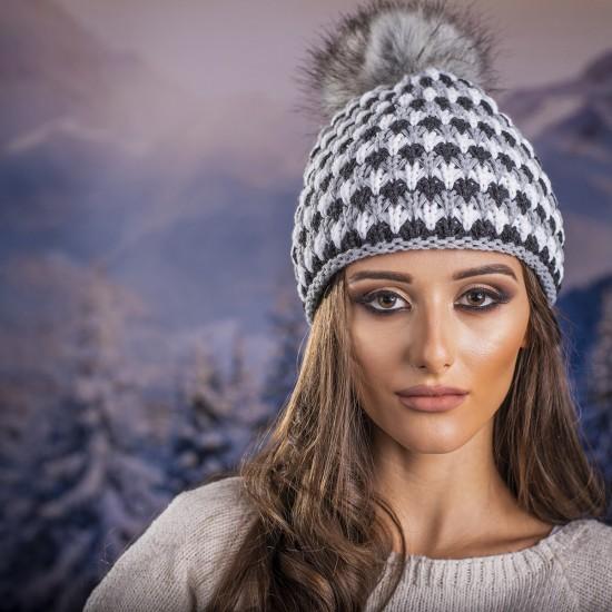 Дамска шапка с еко пух в бяло и сиво