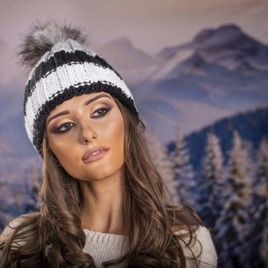Дамска шапка с еко пух в бяло, сиво и черно