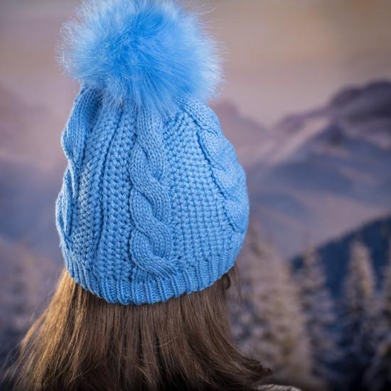 Дамска плетена шапка в синьо