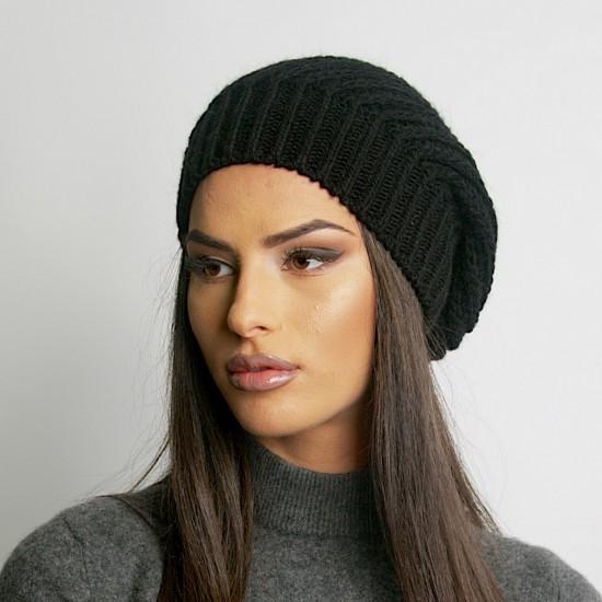Дамска зимна плетена шапка в черно