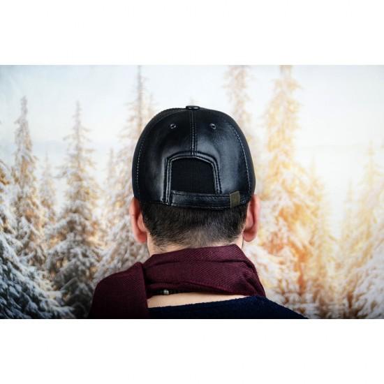 Мъжка зимна шапка с козирка чисто черна