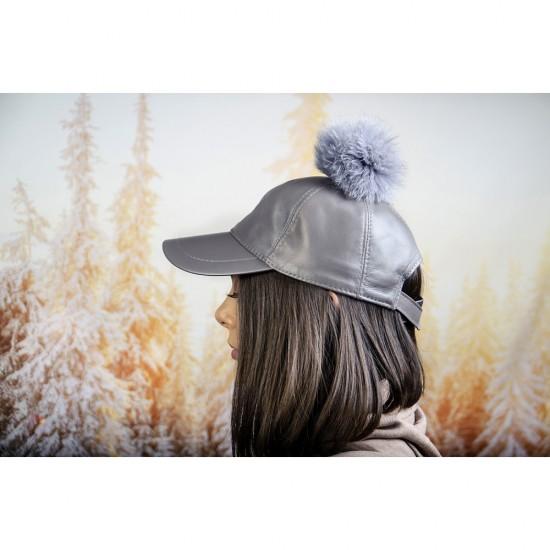 Сиво-лилава дамска шапка с козирка и помпон