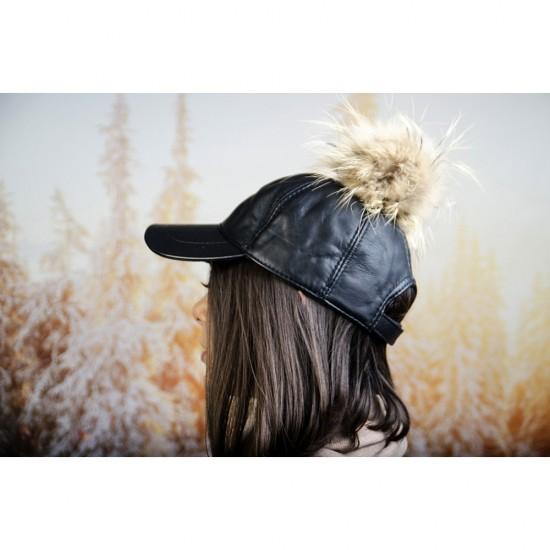 Черна дамска шапка с козирка и бежов помпон
