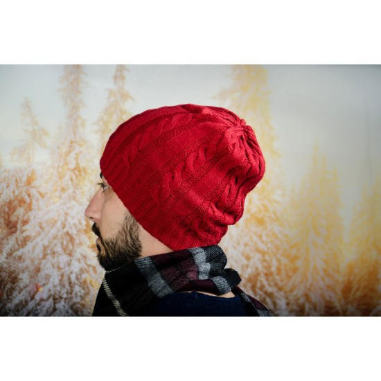 Червена плетена зимна мъжка шапка