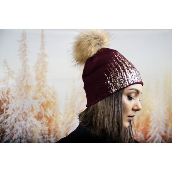 Дамска зимна шапка в бордо със златист акцент