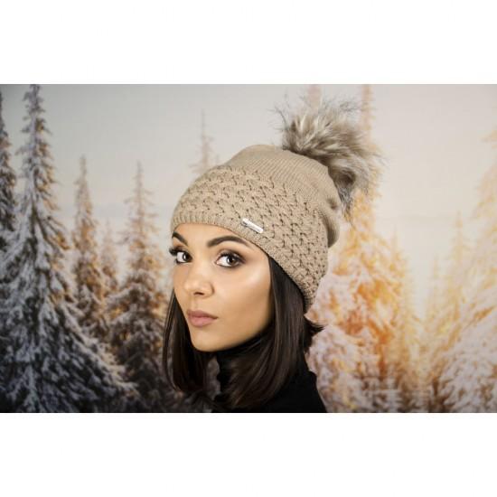 Дамска зимна шапка с еко пух бежова