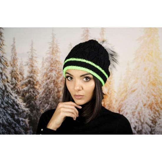 Дамска зимна шапка с еко пух черна със злени кантове
