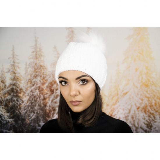 Дамска зимна шапка с еко пух в бяло