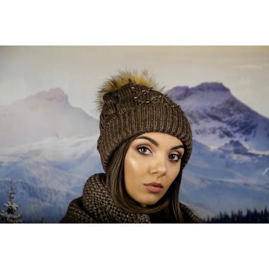 Дамска зимна шапка с перлички в кафяво