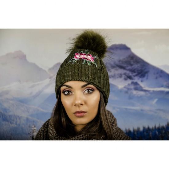 Дамска зимна шапка с емблема цвете зелена