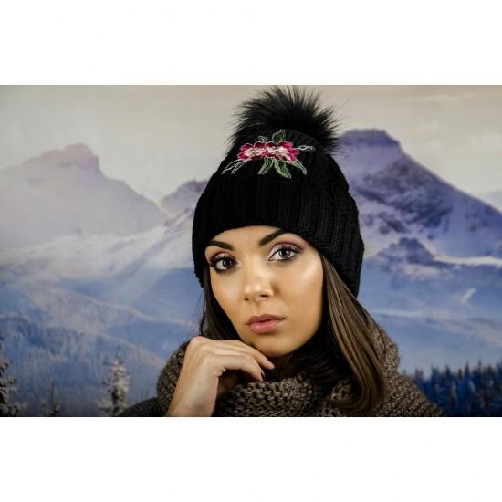Дамска зимна шапка с емблема цвете черна