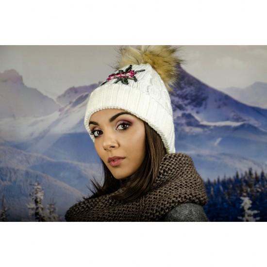Дамска зимна шапка с емблема цвете бяла