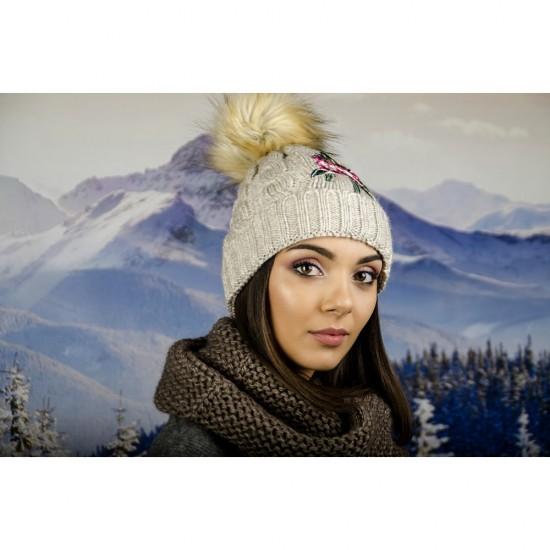 Дамска зимна шапка с емблема цвете бежова