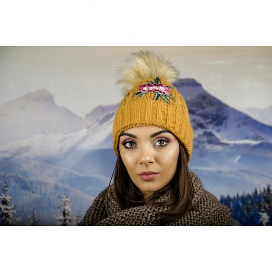 Дамска зимна шапка с емблема цвете горчица