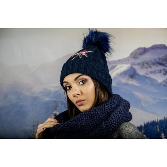 Дамска зимна шапка с емблема цвете тъмносиня