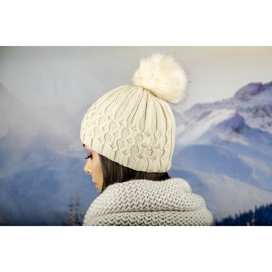 Зимна дамска шапка еко пух и полар бежова