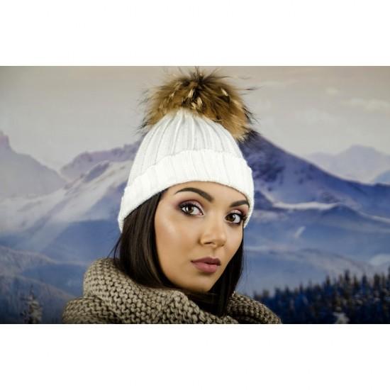 Дамска плетена зимна шапка бяла
