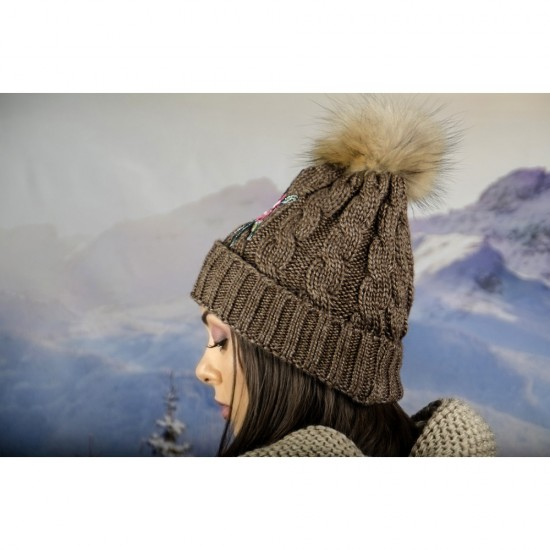 Кафява дамска зимна шапка с естествен пух и цвете