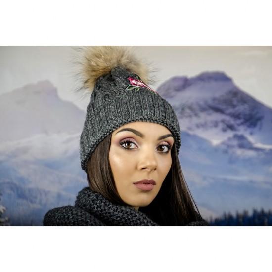 Сива дамска зимна шапка с естествен пух и цвете