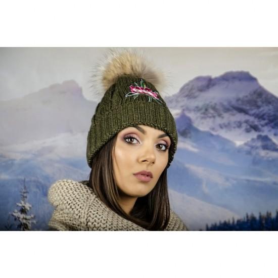 Масленозелена дамска зимна шапка с естествен пух и цвете