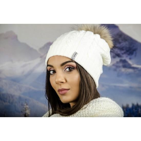 Плетена зимна дамска шапка бяла с помпон