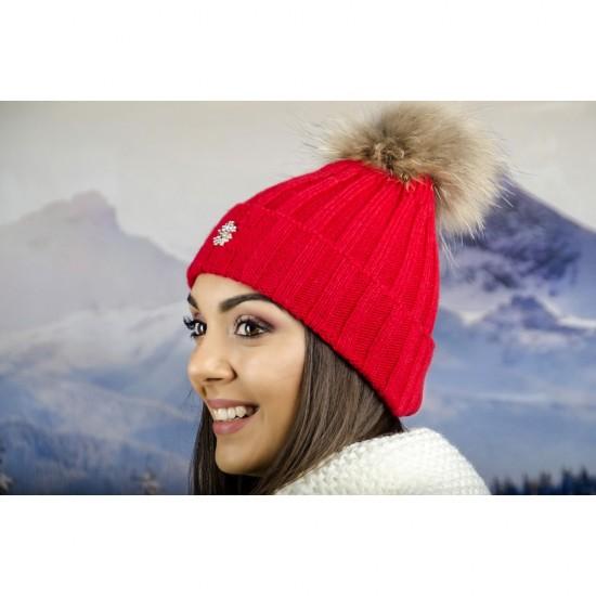 Червена дамска плетена шапка