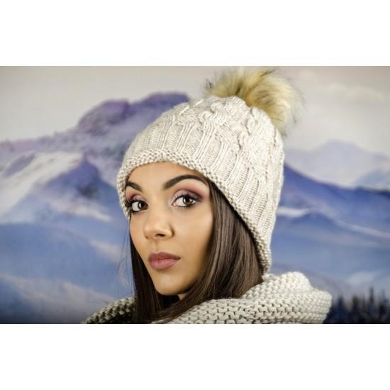 Дамска зимна шапка бежова
