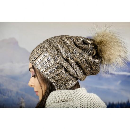 Зимна дамска шапка с лъскаво покритие в златисто