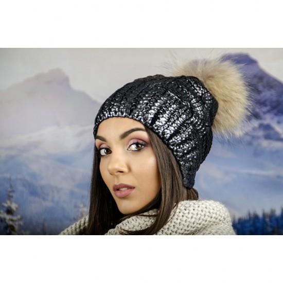 Зимна дамска шапка с лъскаво покритие в сребристо