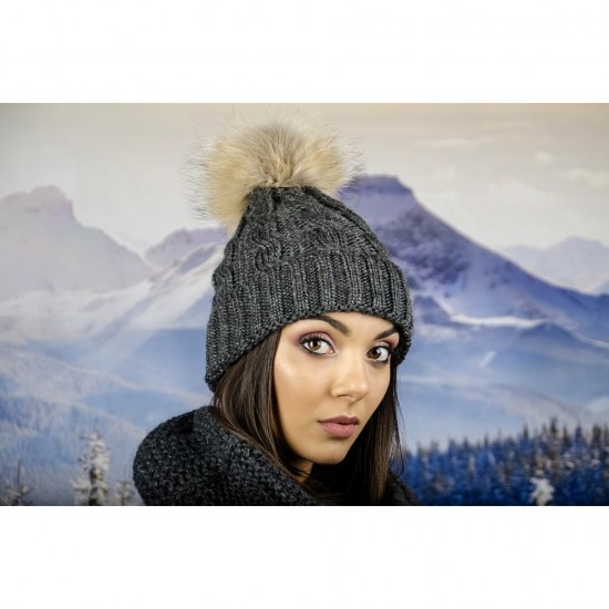Дамска зимна шапка плетена в сиво