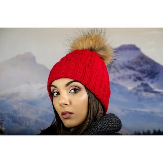 Дамска зимна шапка плетена в червено