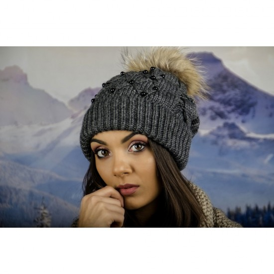 Дамска зимна шапка с перлички и естествен пух в сиво
