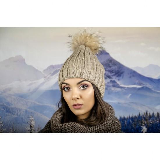 Дамска шапка с перли и камъчета естествен пух в светлокафяво